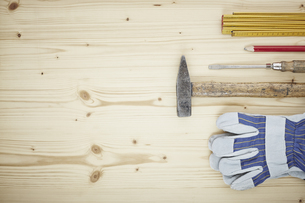 Screwdriver, work glove, pencil, folding ruler, hammer on woの写真素材 [FYI04337539]