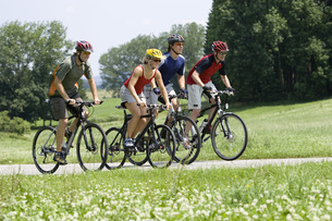 Germany, Bavaria, Oberland, Four mountainbikers riding acrosの写真素材 [FYI04337605]