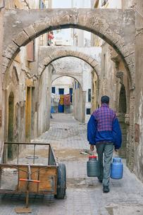 Morocco, Essaouira, alley in the medinaの写真素材 [FYI04337769]