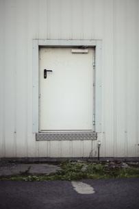 Curious small door of an industrie buildingの写真素材 [FYI04337792]