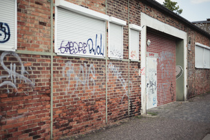 Germany, Saxony, Leipzig, graffiti on facade and closed rollの写真素材 [FYI04337793]
