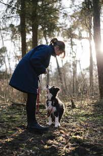 Germany, woman with Border Collieの写真素材 [FYI04337796]