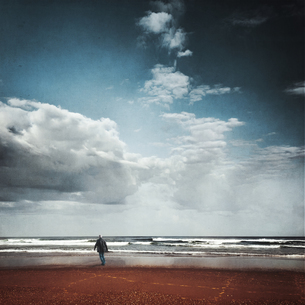 France, Contis-Plage, man walking on the beach looking to thの写真素材 [FYI04337852]