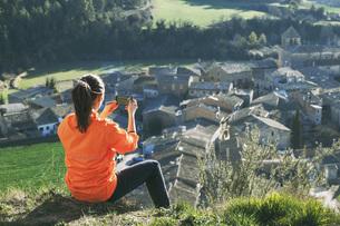 Spain, Catalunya, Orista, young female jogger having a breakの写真素材 [FYI04337922]