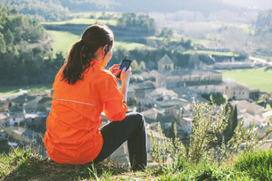 Spain, Catalunya, Orista, young female jogger having a breakの写真素材 [FYI04337923]