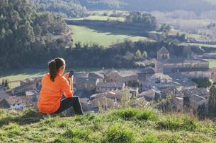 Spain, Catalunya, Orista, young female jogger having a breakの写真素材 [FYI04337934]