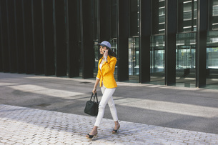 Spain,Catalunya, Barcelona, young modern woman with yellow jの写真素材 [FYI04337953]