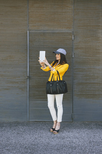 Spain,Catalunya, Barcelona, young modern woman with yellow jの写真素材 [FYI04337955]