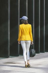 Spain,Catalunya, Barcelona, young modern woman with yellow jの写真素材 [FYI04337957]