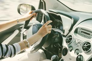 Spain, Barcelona, Young woman steering carの写真素材 [FYI04337959]