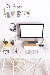 White workroom with computer monitorの写真素材 [FYI04337963]