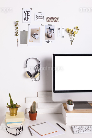 White workroom with computer monitorの写真素材 [FYI04337964]