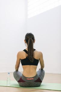 Young woman practising yogaの写真素材 [FYI04337976]