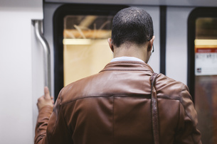 Back view of man on the subway trainの写真素材 [FYI04337990]