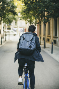 Teenager with a fixie bike in the cityの写真素材 [FYI04338093]
