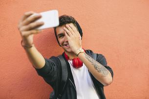 Teenager, smiling, selfie, smartphoneの写真素材 [FYI04338096]
