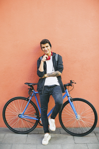 Teenager with a fixie bike, smilingの写真素材 [FYI04338097]