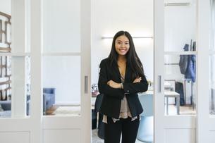 Confident businesswoman standing in officeの写真素材 [FYI04338108]