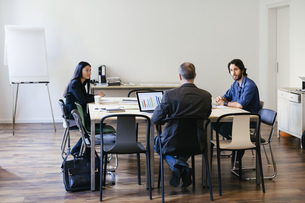 Business people having a team meeting in officeの写真素材 [FYI04338110]