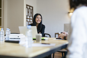 Businesspeople working together in officeの写真素材 [FYI04338121]