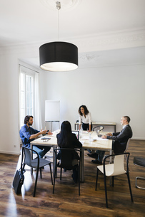 Business people having a team meeting in officeの写真素材 [FYI04338122]