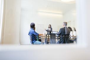 Business people having a team meeting behind glass doorsの写真素材 [FYI04338126]