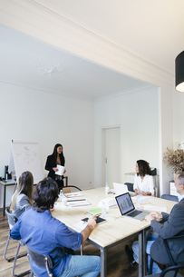 Business people having a team meeting in officeの写真素材 [FYI04338133]