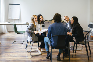 Business people having a team meeting in officeの写真素材 [FYI04338144]