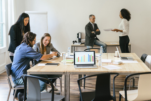 Business people having a team meeting in officeの写真素材 [FYI04338161]