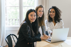 Three businesswomen working together on laptopの写真素材 [FYI04338167]