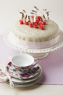 Cake decorated with butterflies shaped and marzipan, cup andの写真素材 [FYI04338178]