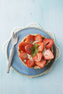 Plate of strawberry tart, close upの写真素材 [FYI04338185]