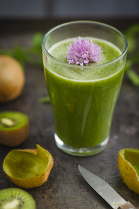 Glass of smoothie with kiwi, parsley and blooming chives, clの写真素材 [FYI04338201]