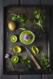 Glass of smoothie with kiwi, parsley and blooming chives, clの写真素材 [FYI04338202]