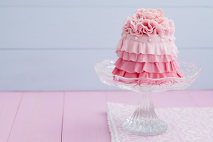 Pink mini cake on cakestand, close upの写真素材 [FYI04338204]