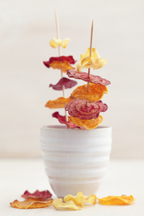 Skewered roasted vegetable chips made of parsnips, sweet potの写真素材 [FYI04338212]