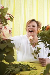 Mid-adult woman in flower shopの写真素材 [FYI04338216]