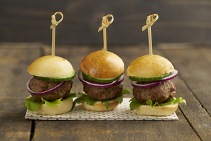 Mini-Burger with mincemeat, salad and red onions on plateの写真素材 [FYI04338220]