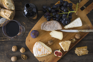 Cheese platter with camembert, walnut cheese, gorgonzola andの写真素材 [FYI04338233]