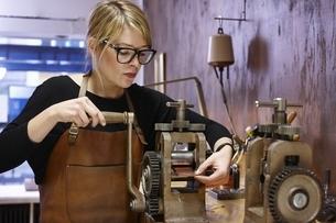 Goldsmith in workshop at workの写真素材 [FYI04338248]