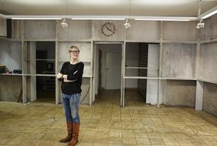 Woman standing in empty shopの写真素材 [FYI04338250]