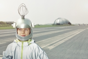 Boy dressed up as spacemanの写真素材 [FYI04338252]