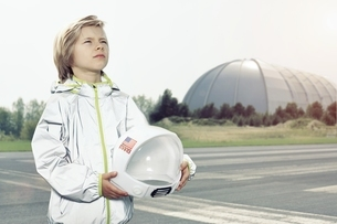 Boy dressed up as spaceman looking upの写真素材 [FYI04338257]