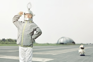 Confident boy dressed up as spacemanの写真素材 [FYI04338258]