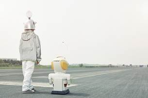 Boy dressed up as spaceman with robotの写真素材 [FYI04338259]