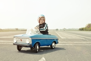 Boy in pedal car on race trackの写真素材 [FYI04338265]