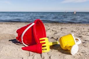 Sandbox toys on the beachの写真素材 [FYI04338271]