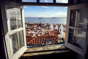 Portugal, Lisbon, view of Alfama neighborhood and River Tejoの写真素材 [FYI04338289]