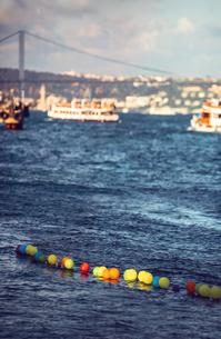 Turkey, Istanbul, colorful balloons on Bosphorusの写真素材 [FYI04338297]