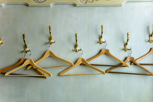 Wood coathangers in wardrobe, close upの写真素材 [FYI04338316]